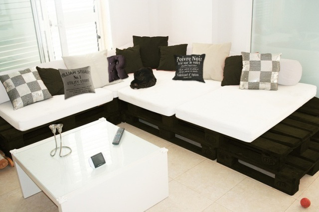 divano con i pallet costruire un divano con i bancali 20 idee fai da te. Black Bedroom Furniture Sets. Home Design Ideas