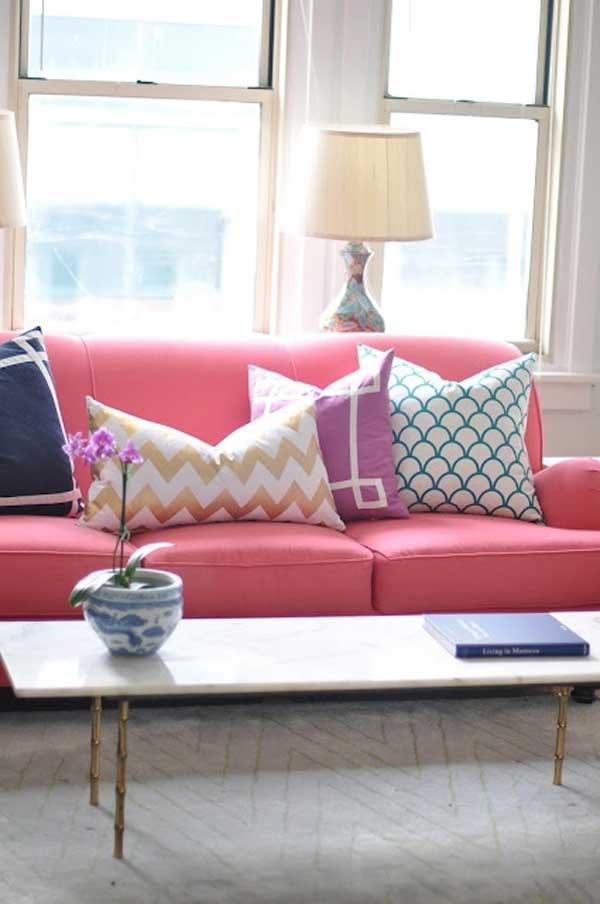 divano rosa con cuscini
