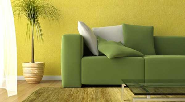 divano verde parete gialla