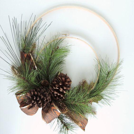 Decorazioni natalizie con le pigne ecco 20 idee creative - Decorazioni ghirlande natalizie ...
