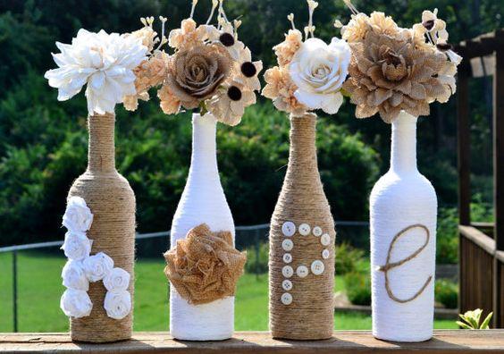 scritta creativa riciclando bottiglie e barattoli di vetro