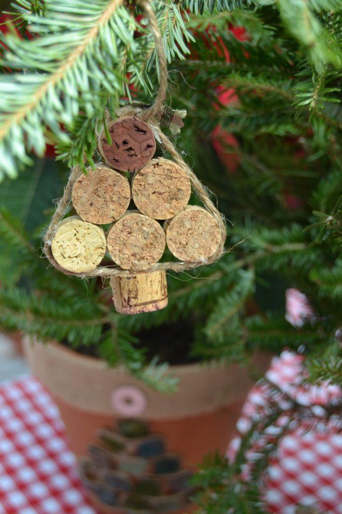 Decorare l 39 albero di natale con i tappi di sughero ecco for Addobbi natalizi fai da te 2016