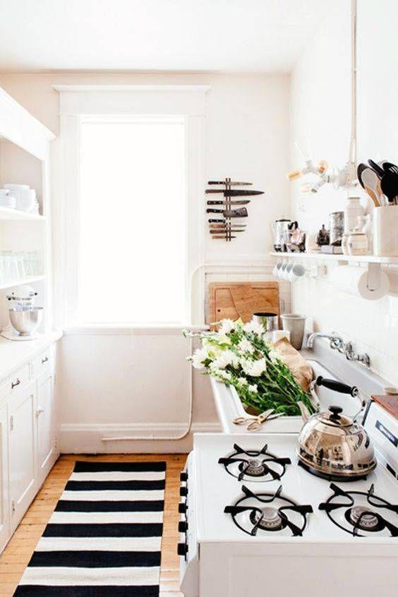 Arredare una cucina stretta e lunga ecco 20 esempi a for Moderni piani casa stretta