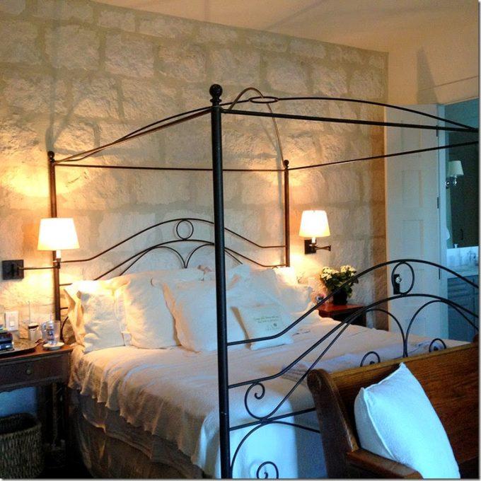 Decorare una parete con le pietre in camera da letto 20 - Camera da letto con baldacchino ...