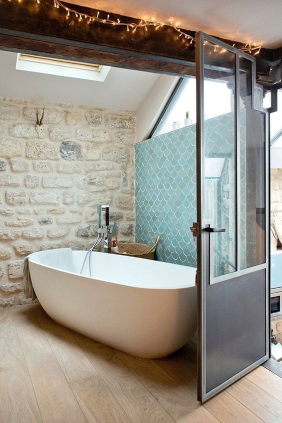 Rivestimenti in pietra nel bagno 20 esempi bellissimi a for Bain en bois exterieur