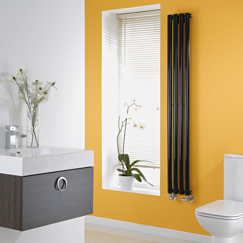 Bagno con parete gialla e radiatore verticale moderno nero.
