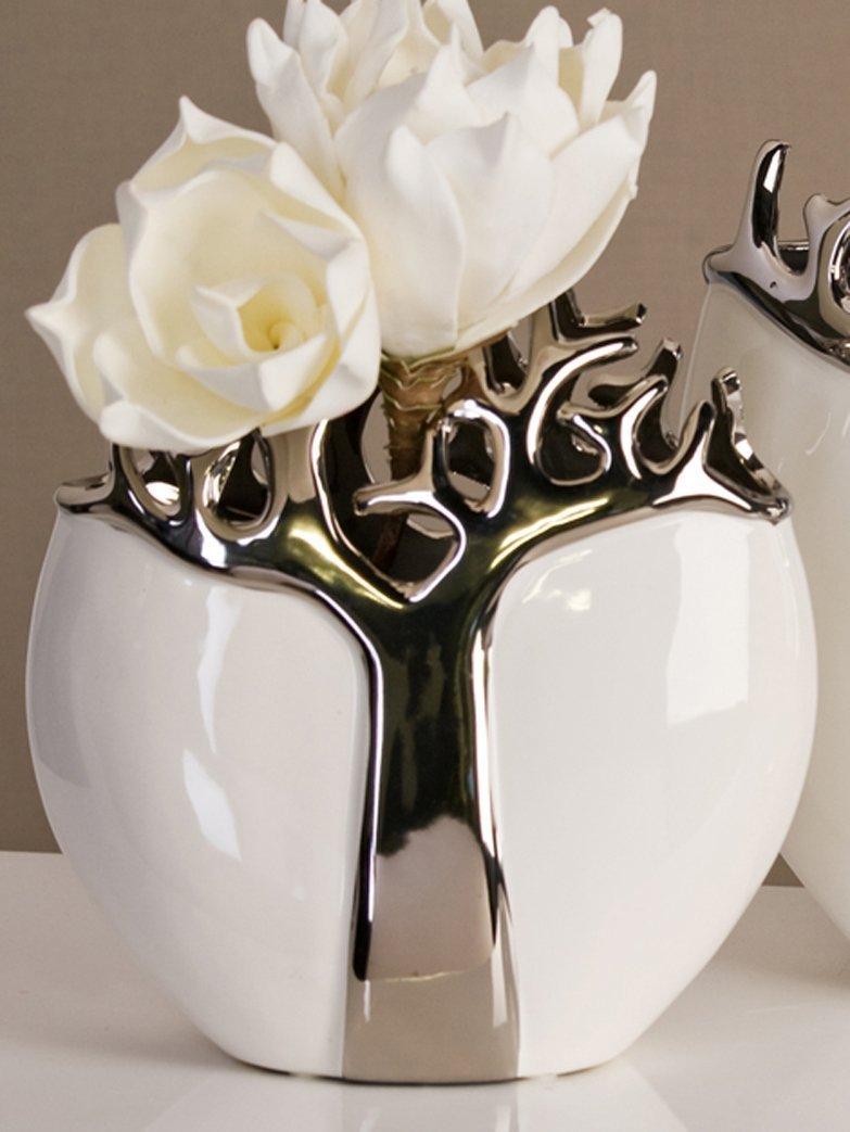 Vaso bianco e argento stile contemporaneo con fiori bianchi.