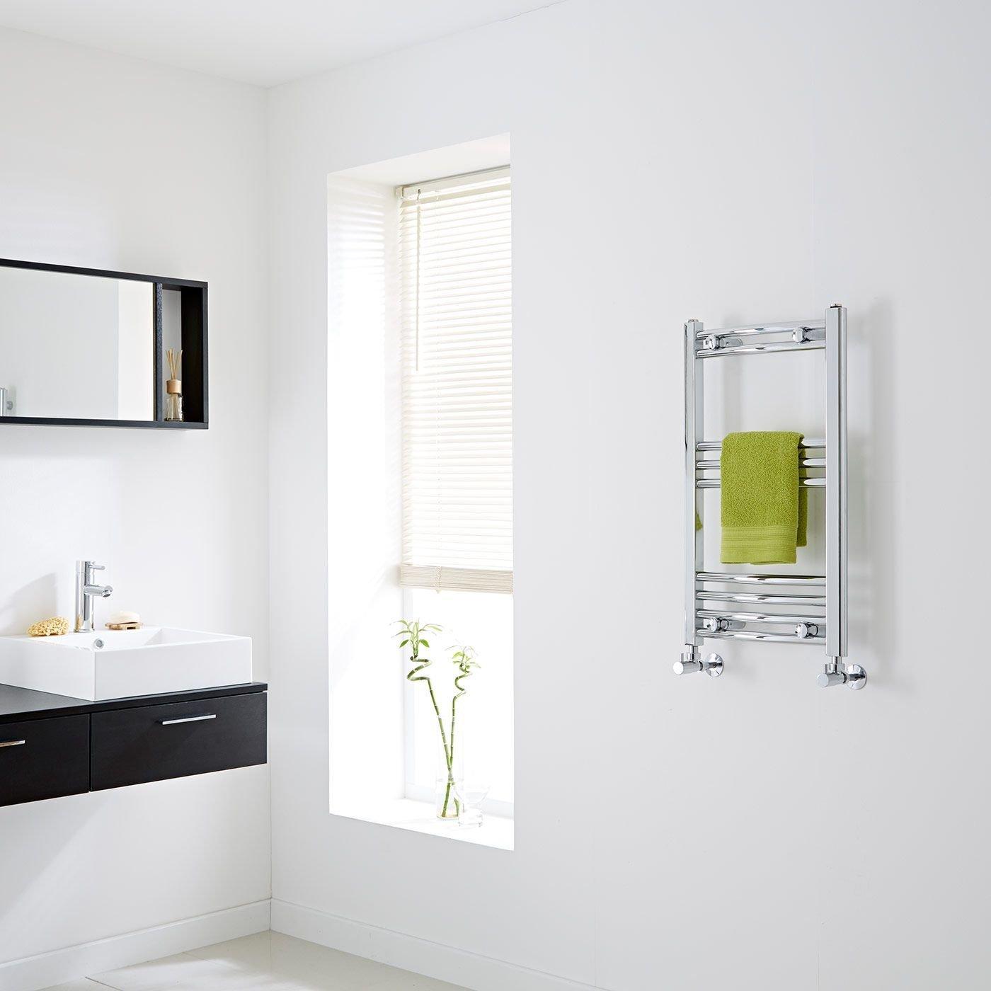 Piccolo termoarredo scaldasalviette verticale, ideale in un bagno moderno.