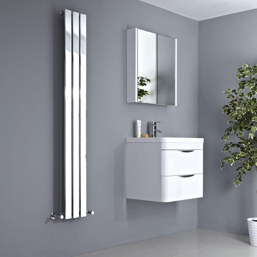 Termoarredo cromato verticale, ideale per bagno moderno.
