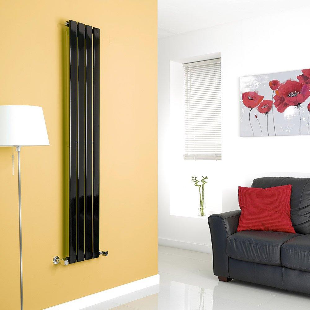 Grande radiatore verticale fissato su una parete gialla, divano in pelle nera con cuscino rosso.