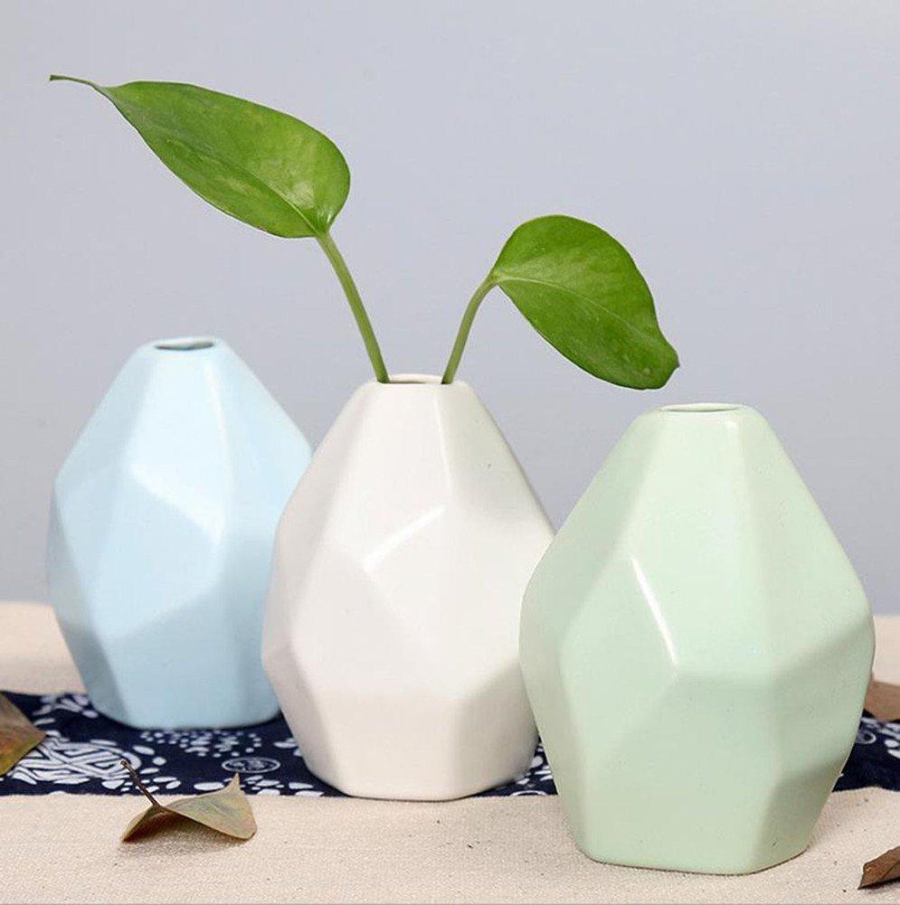Vasi in ceramica con forme particolari verde acqua, blu e bianco.