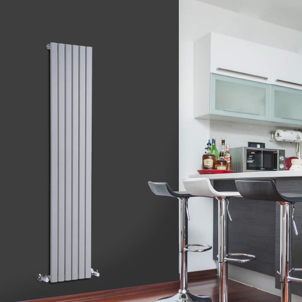 Cucina dallo stile moderno con parete nera e termoarredo bianco verticale.