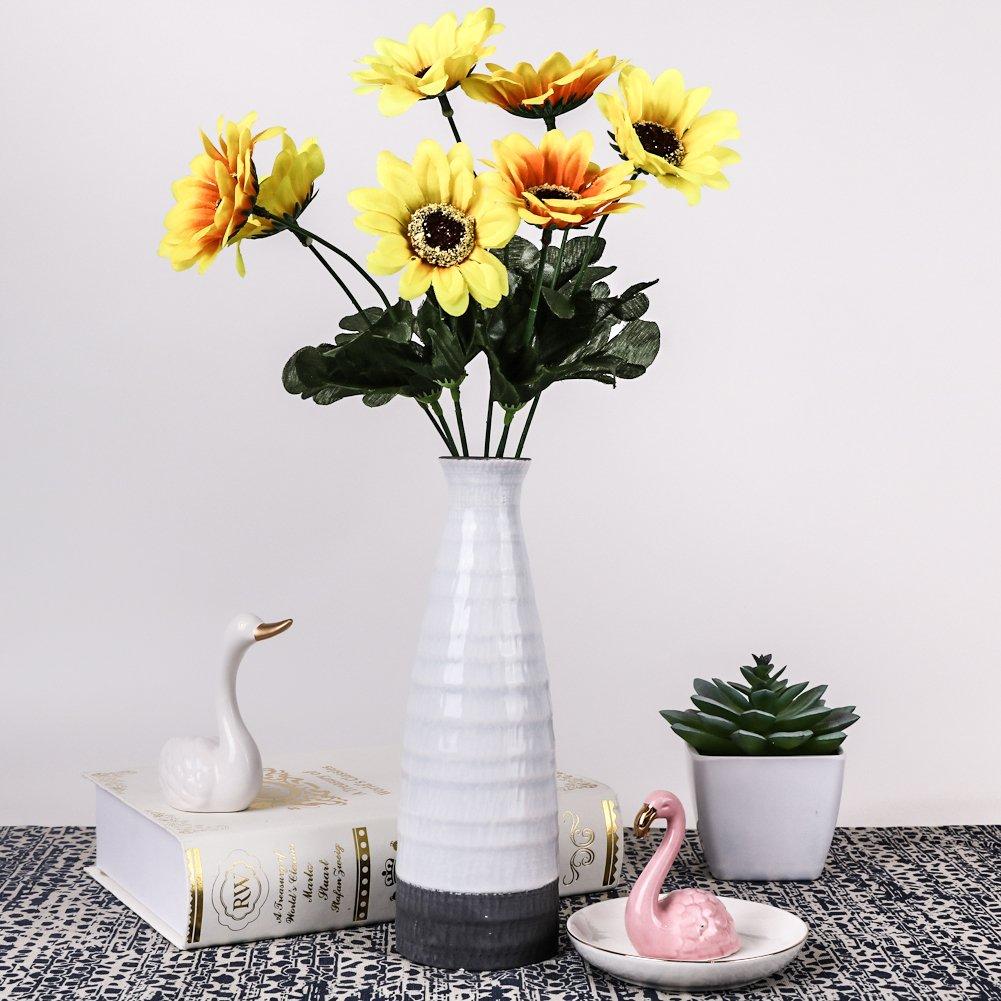 Vaso design bianco in ceramica con fiori gialli.