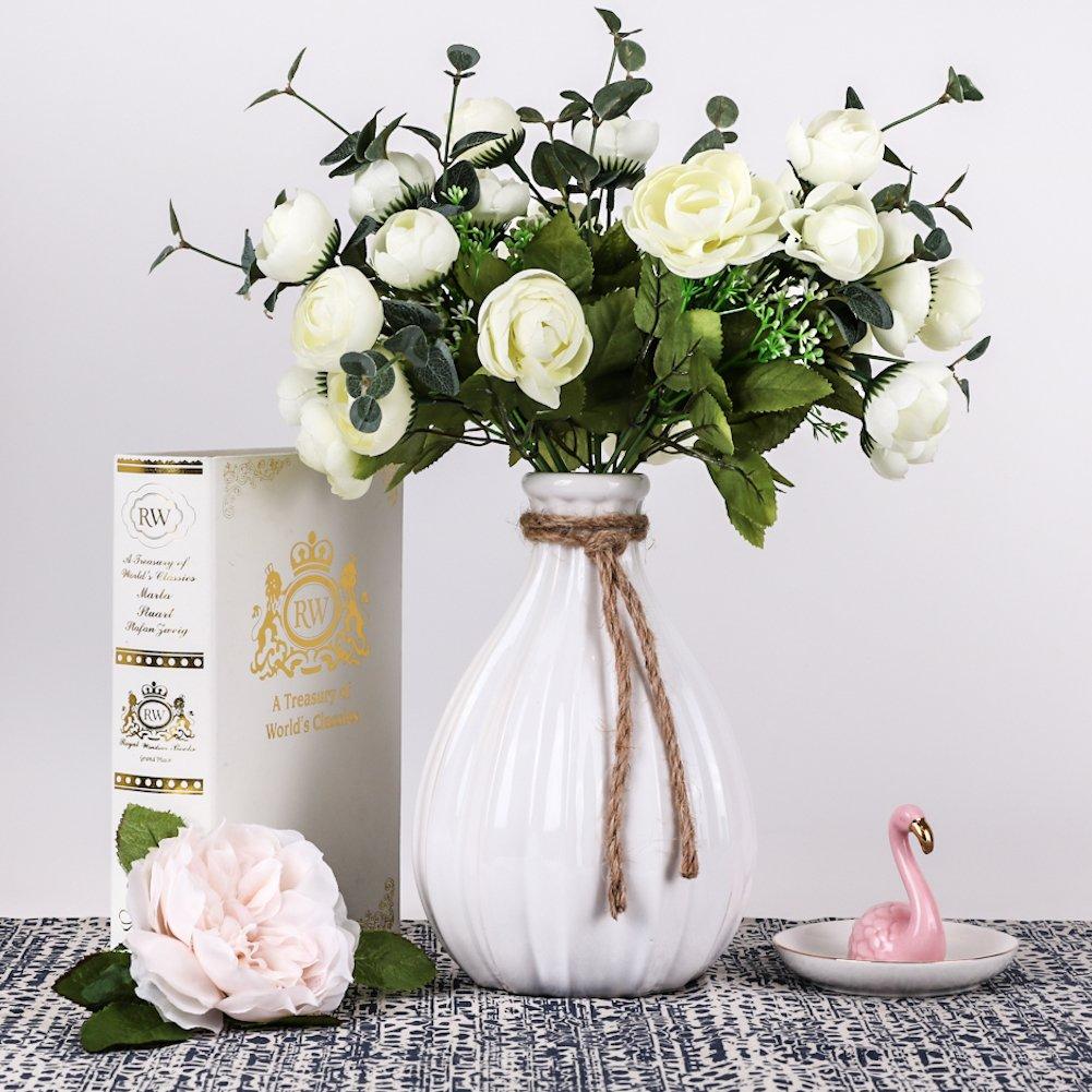 Un bel vaso bianco in stile moderno, ideale come soprammobile.