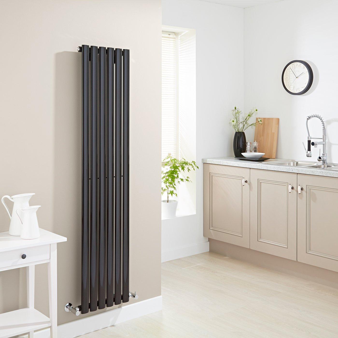Termosifone design verticale nero in cucina con pareti tortora.