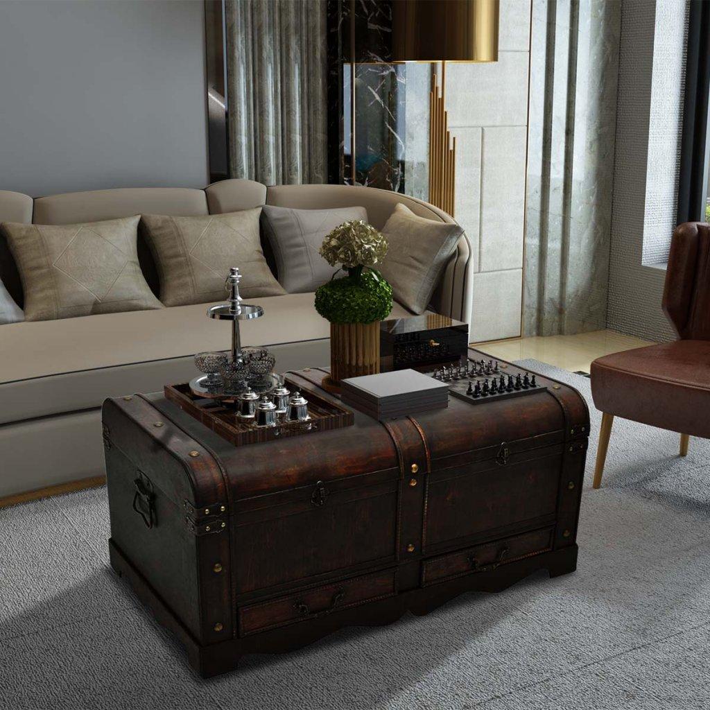 Baule in legno scuro bellissimo per arredare il salotto con un tocco di stile retrò.