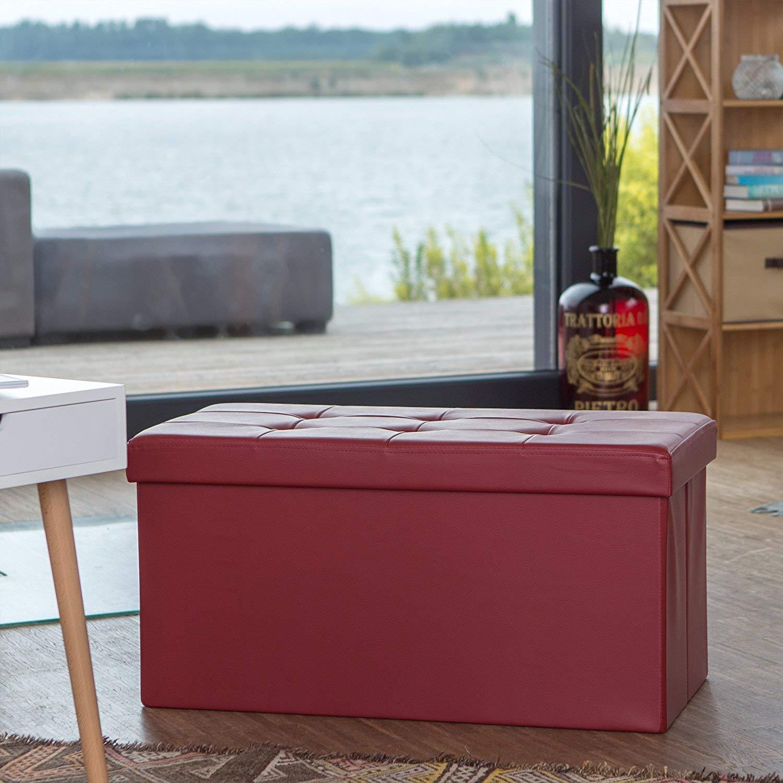 Pouf imbottito di colore bordeaux ideale per arredare un salotto moderno.