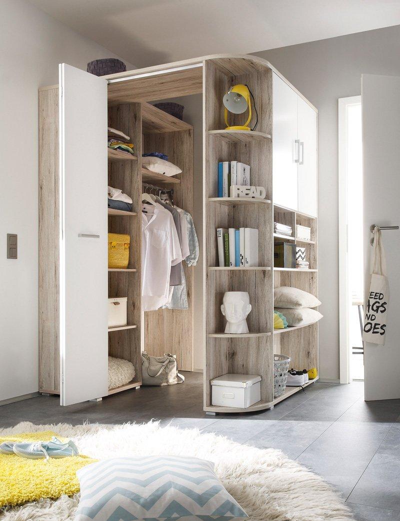 Comodissimo armadio ad angolo in legno e bianco.