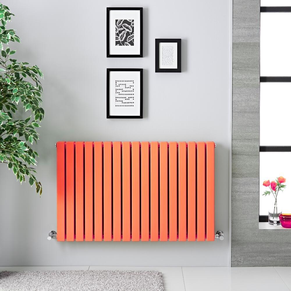 Parete grigia decorata con termoarredo arancione e quadri neri.
