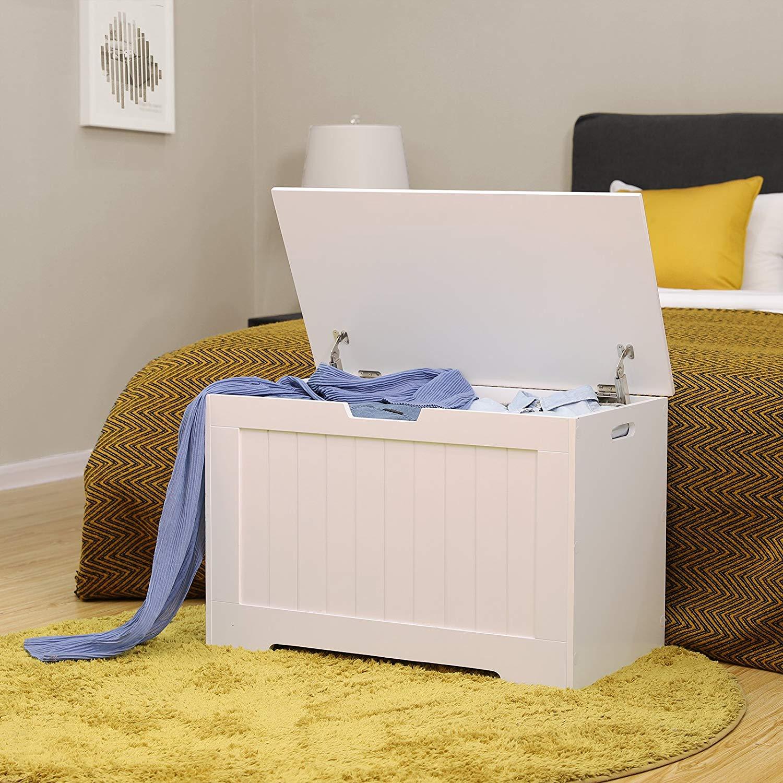 Cassapanca bianca in legno ideale come contenitore da collocare ai piedi del letto.