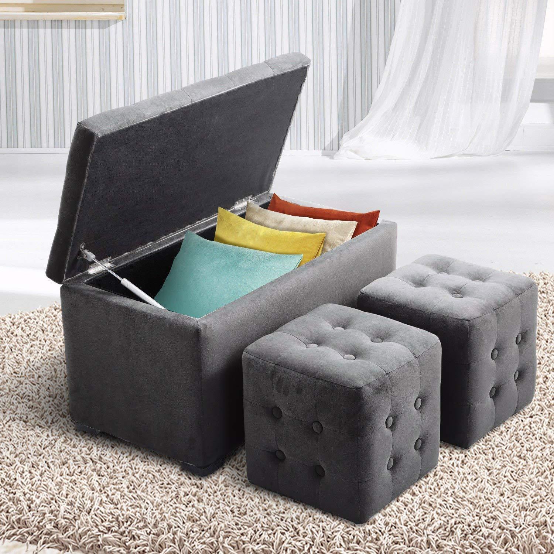 Cassapanca con pouf grigi, ideale per sistemare cuscini, coperte o lenzuoli.