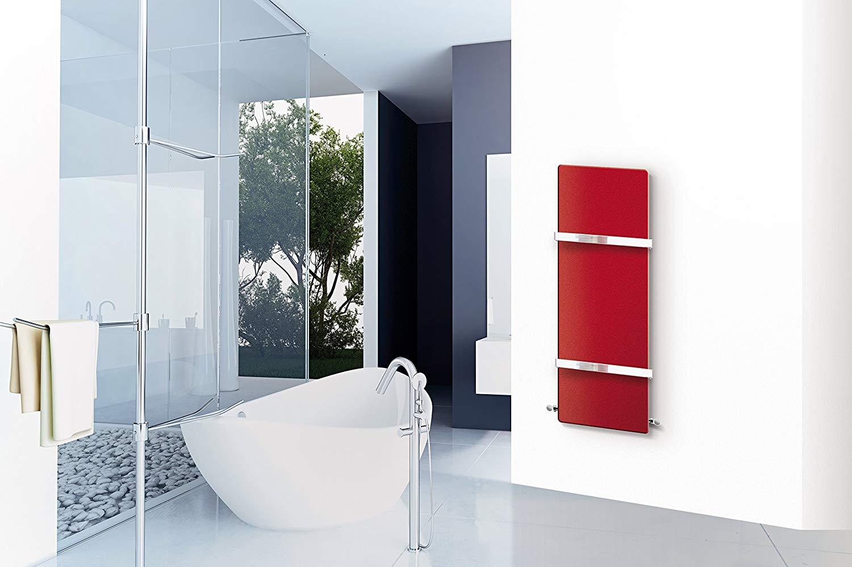 Radiatore scaldasalviette rosso in un bagno moderno con vasca bianca.