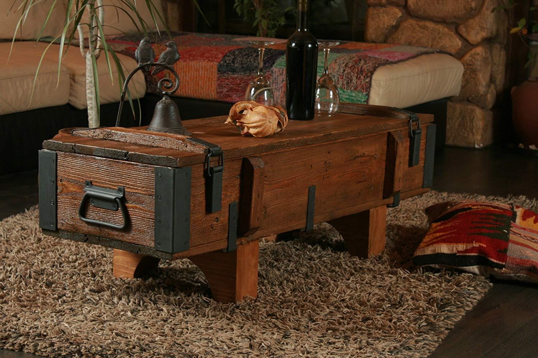Un tavolino in legno massello, cassapanca stile vintage ideale per arredare il soggiorno.