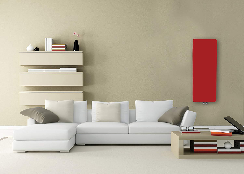 Termosifone rosso moderno con design a piastra radiante, ideale in un soggiorno contemporaneo.