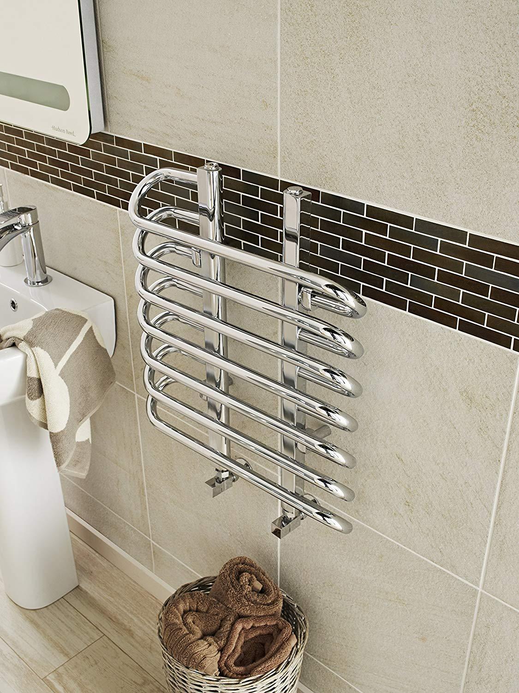 Termoarredo scaldasalviette piccolo in acciaio con rifinitura cromata, ideale in un bagno piccolo.