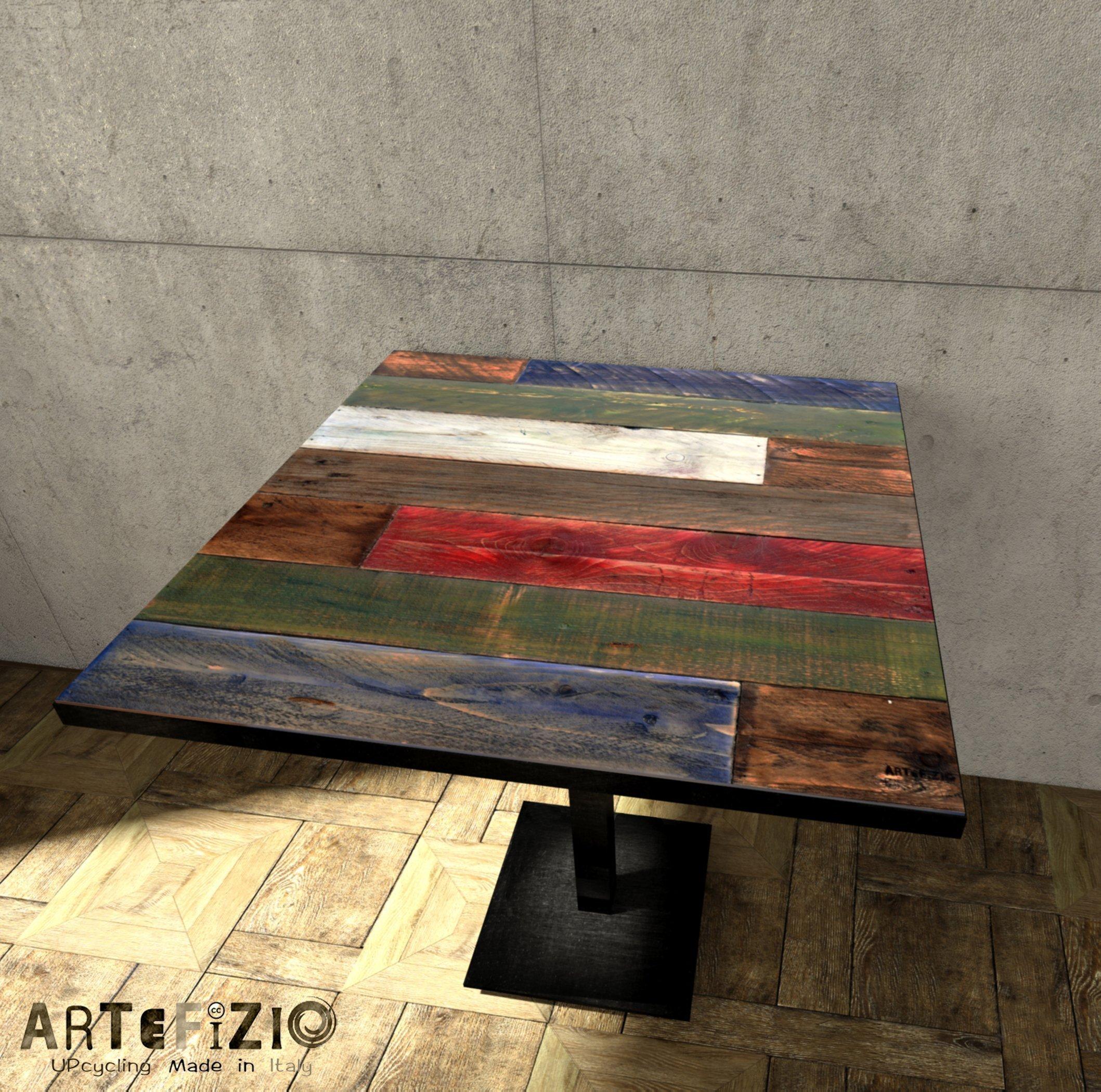 Tavolo colorato realizzato con pedane in legno.