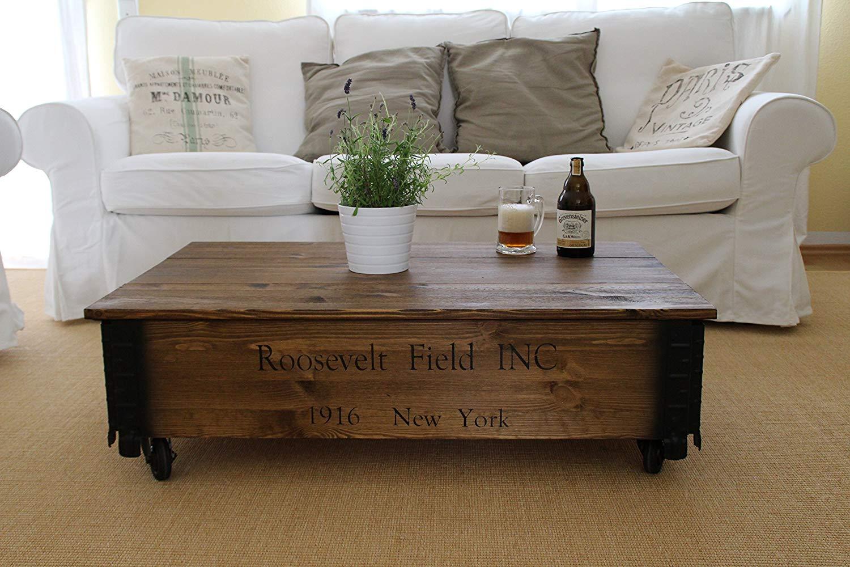Baule cassapanca in legno massello, ideale come tavolino in un soggiorno vintage o shabby chic.