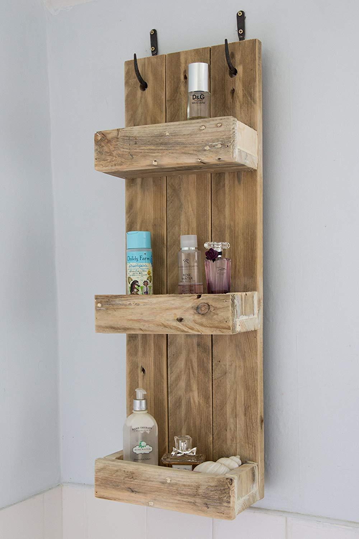 Mensola rustica realizzata con pedane in legno, ideale per il bagno.