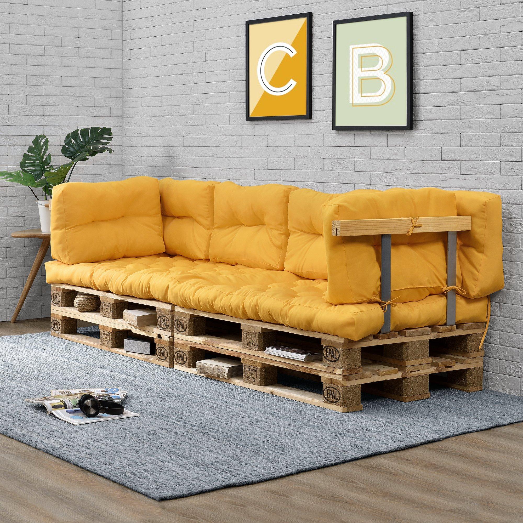 Divanetto realizzato con bancali di legno con cuscini gialli.
