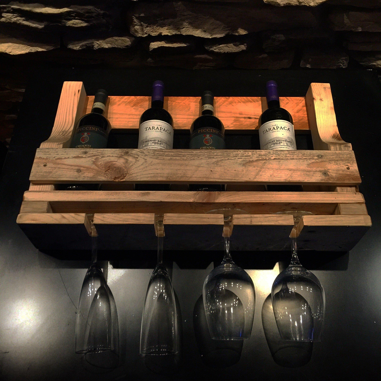 Mensola porta vino e bicchieri realizzato con una pedana in legno.