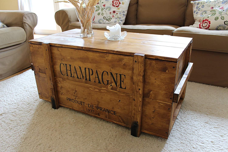 Cassa baule vintage in legno, funge da tavolino per il soggiorno.