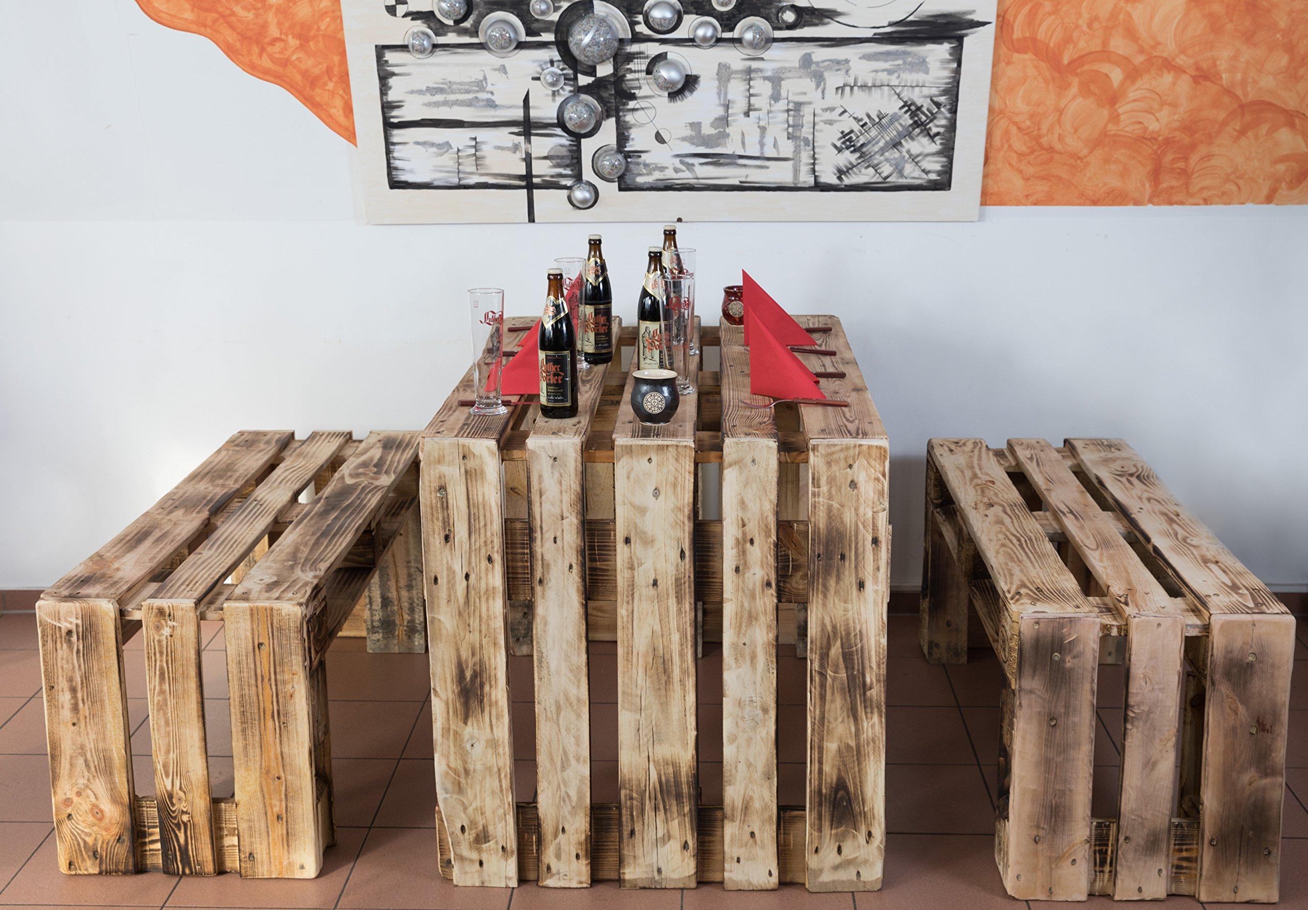 Tavolo con banche realizzati con bancali in legno.