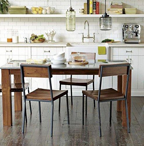 Sedie stile industrial con struttura in ferro scuro e sedili e schienali in legno.