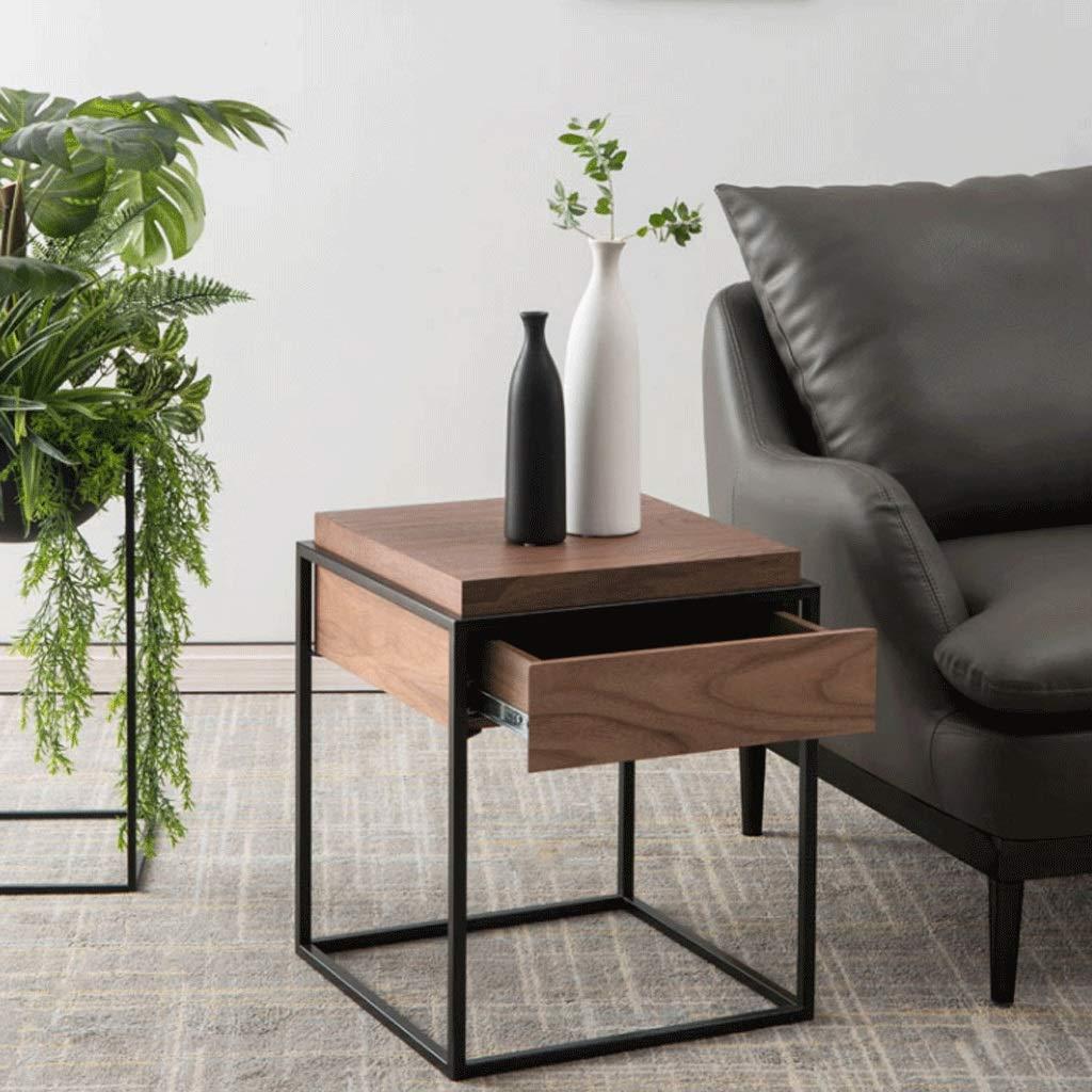 Un tavolino da salotto ideale vicino al divano, perfetto per un arredamento industrial.