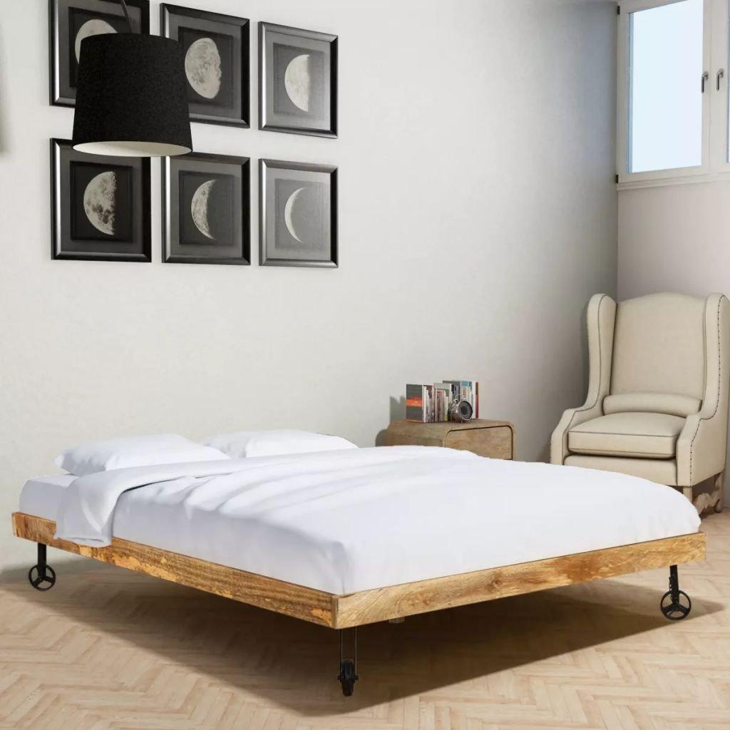 Camera con letto in legno con ruotine in ferro, perfetto per aggiungere un tocco industrial in camera da letto.