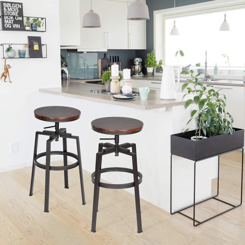 Bellissimi sgabelli con struttura in ferro e sedile in legno, ideale per la penisola per aggiungere un tocco industrial in cucina.
