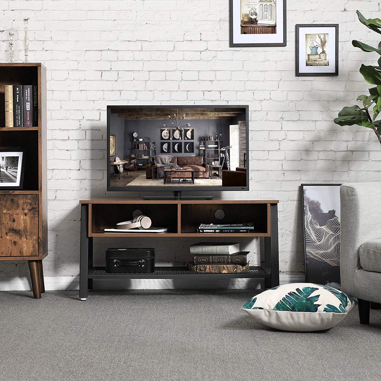 Un bel arredo industrial questo mobile TV, bella la parete con mattoni a vista bianchi.