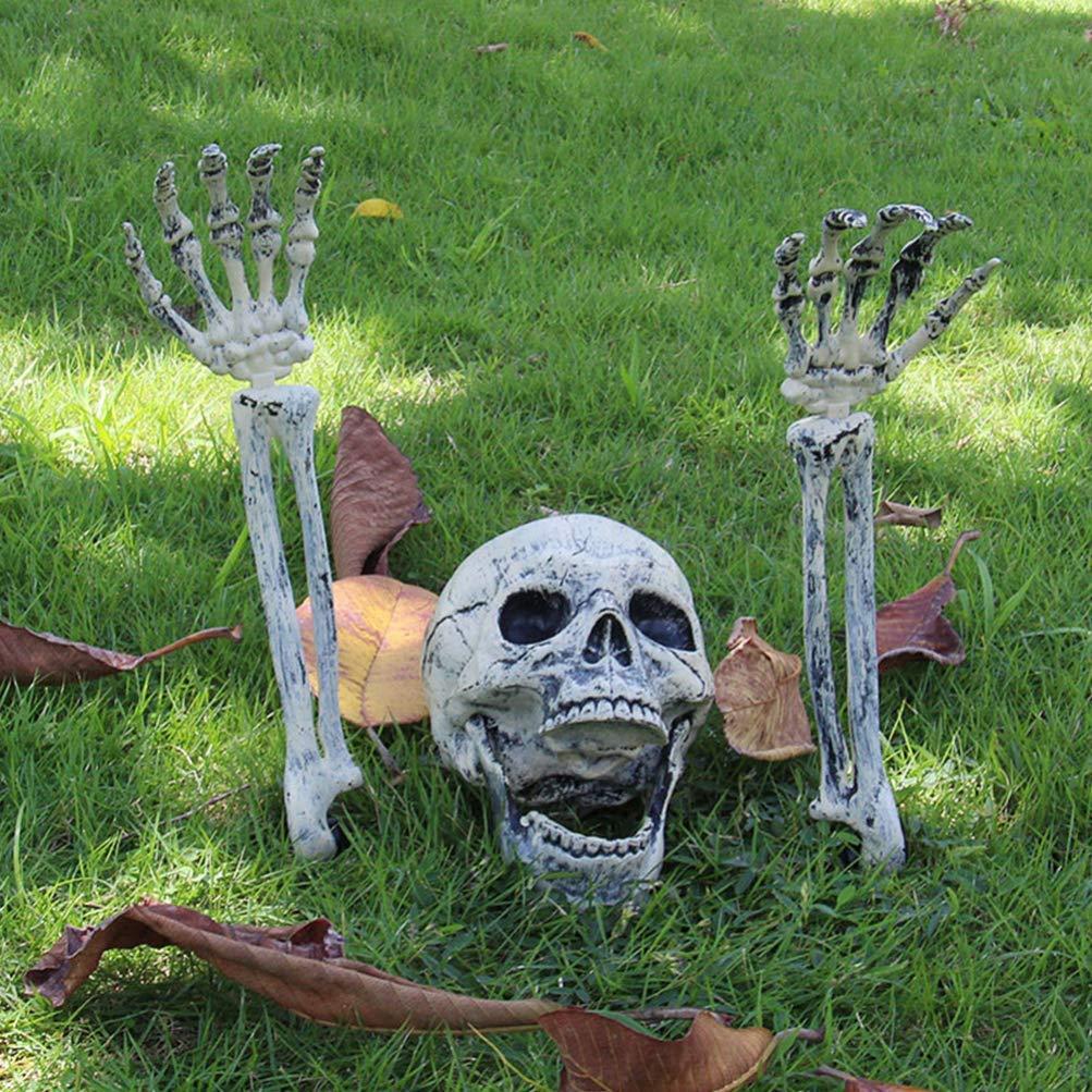 Scheletro in giardino per decorare Halloween.